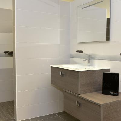 Carrelage salle de bain, osez marier les carreaux de verre aux couleurs actuelles - DNG déco